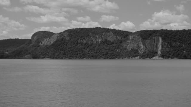 ws view of hudson river with palisades park - hudson river stock videos & royalty-free footage