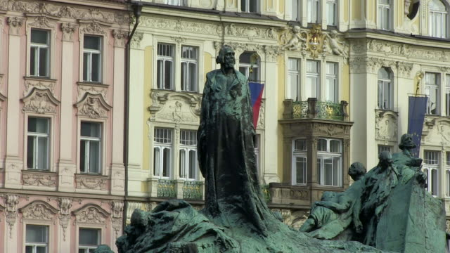 ms view of hus monument / prague, hlavni mesto praha, czech republic - stare mesto stock videos and b-roll footage