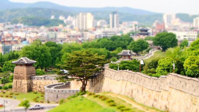 ws t/l view of hwaseomun and seobukgongsimdon in suwon hwaseong castle (unesco heritage) / suwon, gyeonggi-do, south korea  - softfokus bildbanksvideor och videomaterial från bakom kulisserna