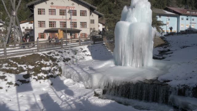 view of ice fountain in town centre of canazei on sunny day at christmas, province of trento, trentino-alto adige/sudtirol, italy, europe - canazei video stock e b–roll