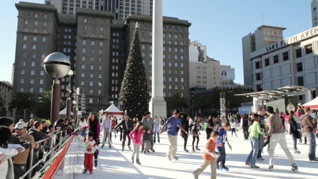vídeos y material grabado en eventos de stock de ms view of ice skating at union square with christmas tree / san francisco, california - patinaje sobre hielo