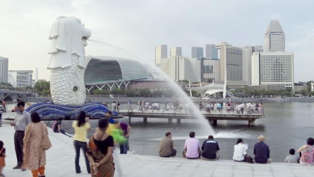 ws t/l view of iconic merlion / singapore - 史跡めぐり点の映像素材/bロール