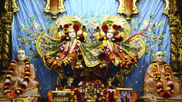 stockvideo's en b-roll-footage met ws view of idols of lord krishna and radha in iskcon temple at vrindavan / mathura, uttar pradesh, india - vrouwelijke gestalte