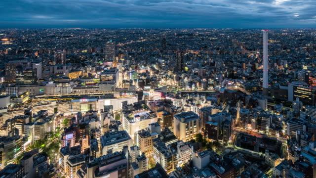 池袋の夕暮れから夜へのt/l ws ha ziビュー / 東京 - 昼から夜点の映像素材/bロール