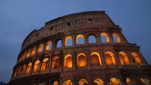 stockvideo's en b-roll-footage met ms view of illuminated colosseum at dusk / rome, lazio, italy - colosseum