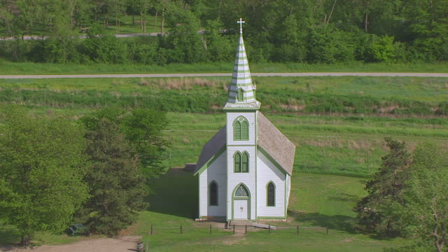 vidéos et rushes de ws aerial ts view of immanuel evangelical lutheran church and school at stuhr museum of prairie pioneer / grand island, nebraska, united states - protestantisme