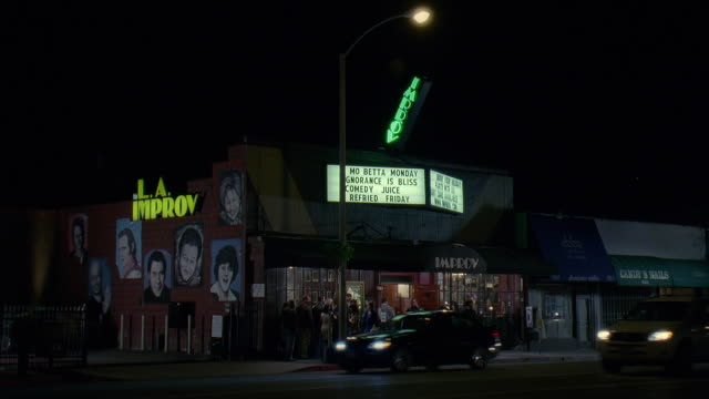 stockvideo's en b-roll-footage met ws view of la improv comedy club with traffic on road at night / hollywood, california, usa - westers schrift