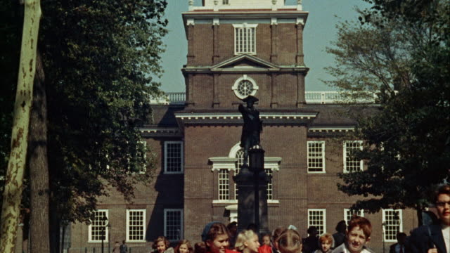 ms tu view of independence hall /philadelphia, pennsylvania, united states - turmuhr stock-videos und b-roll-filmmaterial