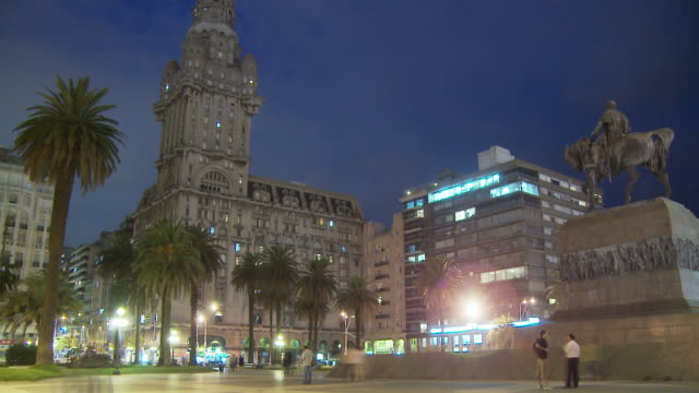 stockvideo's en b-roll-footage met view of independenci plaza, uruguay - uruguay