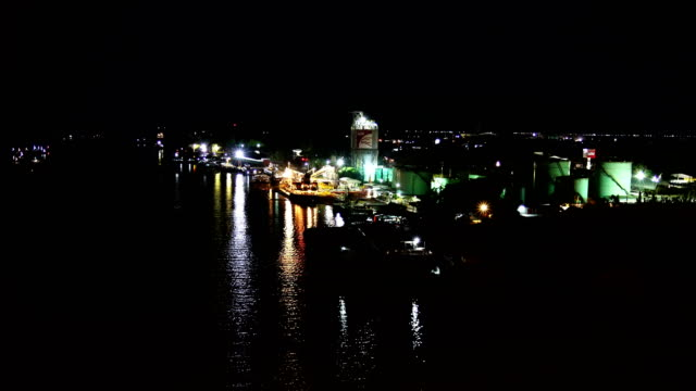 工業地区の夜 - ウォーターフロント点の映像素材/bロール