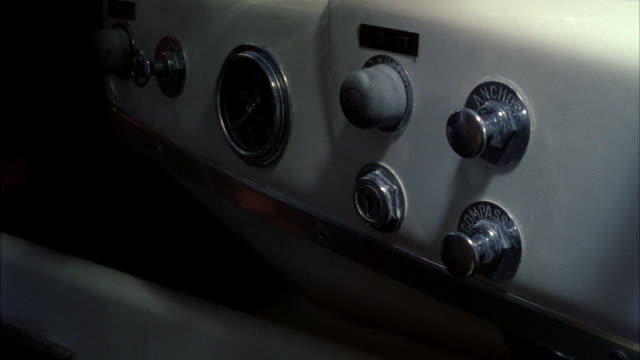 vídeos de stock, filmes e b-roll de cu view of insert of keys into ignition and hand turning keys and pushes starter button on dashboard - ignição