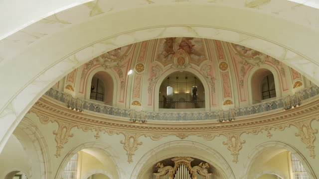 ms pan view of inside of frauenkirche in dresden from gallery / dresden, germany - dresden frauenkirche stock videos & royalty-free footage