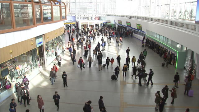 vídeos de stock e filmes b-roll de view of inside of seoul station with crowded people to return home on korean new year's days(korean traditional holiday) - korean new year