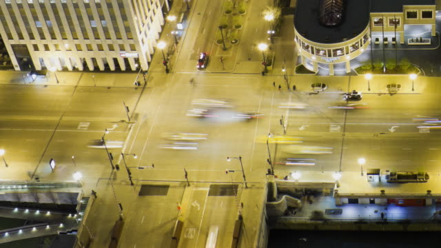 vídeos de stock, filmes e b-roll de ws zo t/l view of intersection of state street and wacker drive at night / chicago, illinois, usa - chicago 'l'