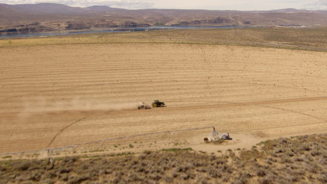 ws aerial view of irrigation circle with tractor in field / washington, united states - hydroelektrisk kraft bildbanksvideor och videomaterial från bakom kulisserna