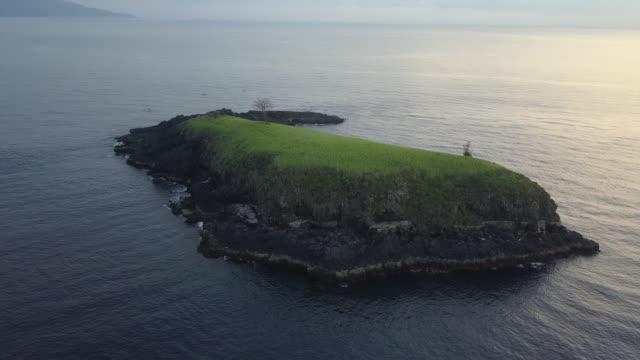 vídeos de stock, filmes e b-roll de view of island in karangasem regency / bali, indonesia - ponto de referência natural