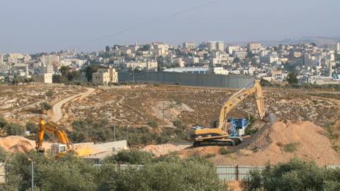 stockvideo's en b-roll-footage met ws view of israeli west bank wall at beit lehem area / jerusalem, judea, israel - israël