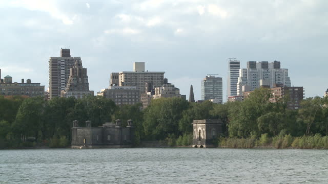 ws view of jacqueline onassis reservoir in central park / new york, new york, united states - central park reservoir stock videos and b-roll footage