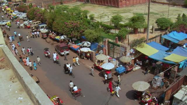 ws tu view of jama masjid / delhi, india - fahrradtaxi stock-videos und b-roll-filmmaterial