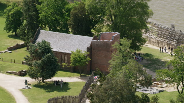 vídeos de stock e filmes b-roll de ws aerial pov view of jamestown memorial church, river in background / jamestown, virginia, united states - jamestown virginia