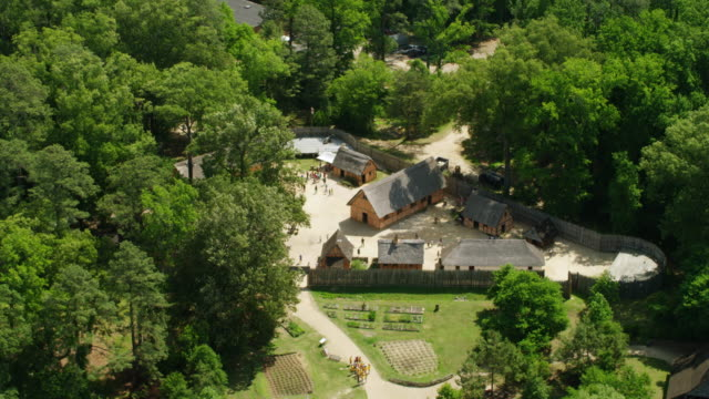vídeos de stock e filmes b-roll de ws aerial pov view of jamestown national historic site / jamestown, virginia, united states - jamestown virginia