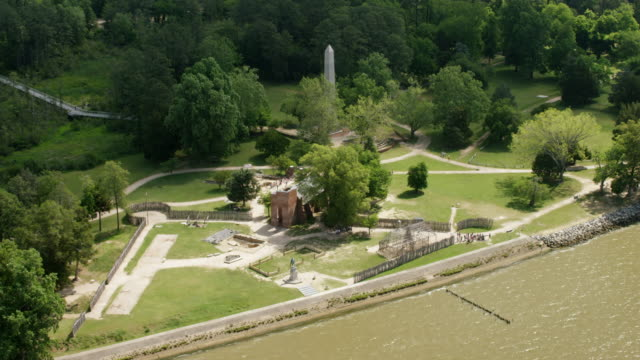 vídeos de stock e filmes b-roll de ws aerial pov view of jamestowne tercentennial monument at jamestown national historic site / jamestown, virginia, united states - jamestown virginia