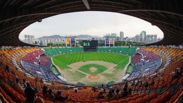 vidéos et rushes de ws t/l view of jamsil baseball stadium in seoul / seoul, south korea - arrivée