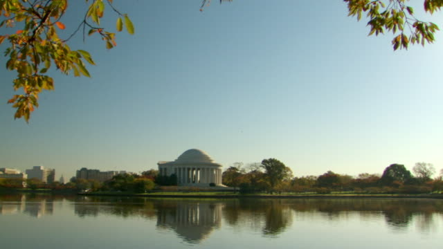 vídeos y material grabado en eventos de stock de ws zi view of jefferson monument with tidal basin in foreground and ms of monument with reflection in water / washington, district of columbia, united states - río potomac