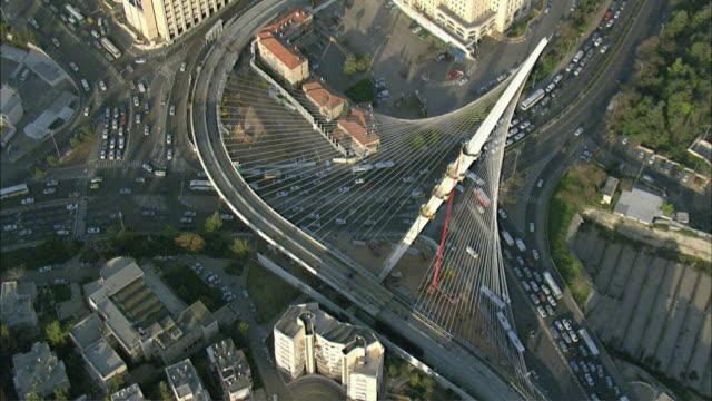 vídeos de stock e filmes b-roll de aerial view of jerusalem chords bridge crossing traffic intersection of shazar street and herzl boulevard / jerusalem, israel - ponte com armação cantilever