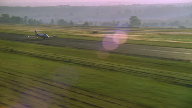 vidéos et rushes de ws aerial ts zi zo view of jet speeding up on runway then taking off / south africa - avion privé d'entreprise