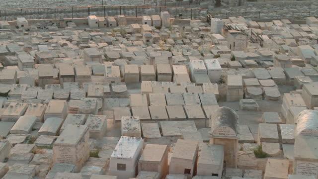 ms tu view of jewish tombs on mount of olives / jerusalem, mechoz jeruschalajim, israel - 墓石点の映像素材/bロール