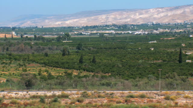 stockvideo's en b-roll-footage met ws pan view of jordan-israel border with jordan river from israeli side at cfar rupin / upper galilee, israel - vallei