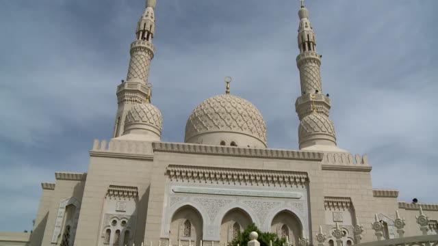 vídeos de stock e filmes b-roll de ms td view of jumeirah mosque / dubai, united arab emirates - mesquita