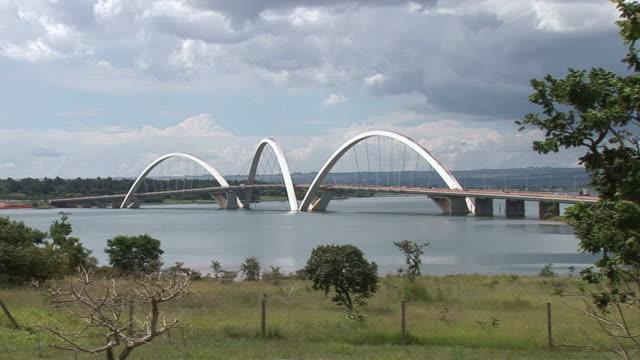 ws view of juscelino-kubitschek bridge over lake / brasilia, brasilia capital, brasil - juscelino kubitschek bridge stock videos & royalty-free footage