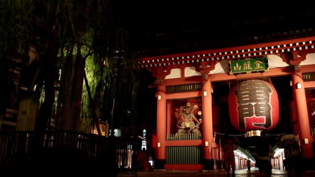 vídeos de stock, filmes e b-roll de ws view of kaminarimon gate at night / asakusa, tokyo, japan - templo asakusa kannon