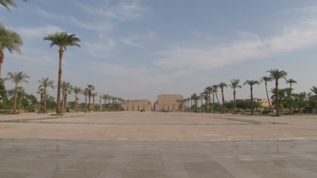 ws zi view of karnak temple / luxor, egypt - temples of karnak stock videos and b-roll footage