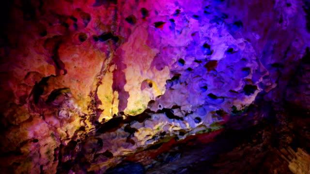 vista della grotta carsico, anshun, guizhou, cina. - cava video stock e b–roll
