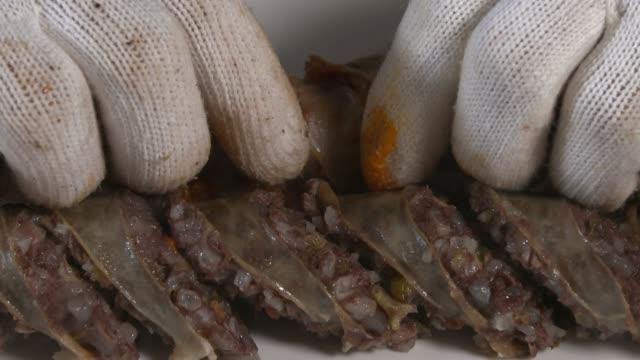 stockvideo's en b-roll-footage met view of kimchi sundae(type of blood sausage in korea) being placed on the plate - menselijke darmen