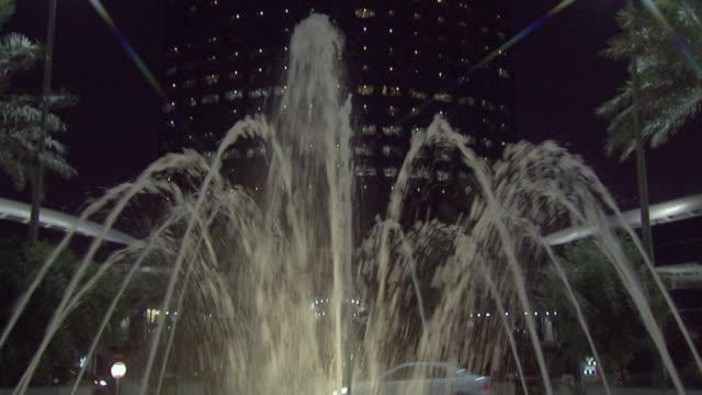 ws tu zi view of kingdom tower at night / riyadh city, riyadh, saudi arabia - riyadh stock videos & royalty-free footage