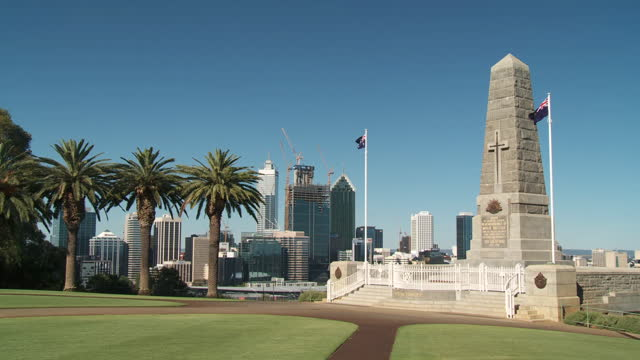 ws view of kings park war memorial / perth, western australia, australia  - 戦争記念碑点の映像素材/bロール