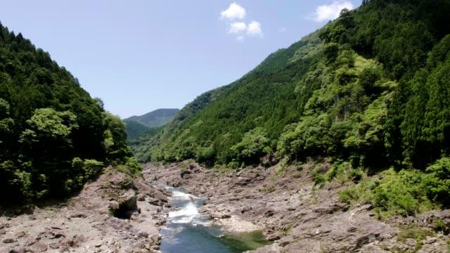 view of kitayama river and log rafting in wakayama, japan - insel honshu stock-videos und b-roll-filmmaterial