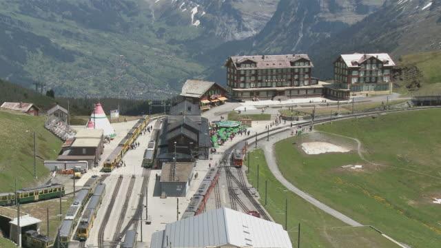 ws view of kleine schedegg railway station  / grindelwald, bernese alps, switzerland - berner alpen stock-videos und b-roll-filmmaterial