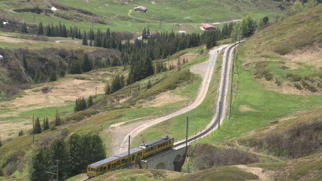 ws view of kleine scheidegg to wengernalpbahn / grindelwald, bernese alps, switzerland - berner alpen stock-videos und b-roll-filmmaterial