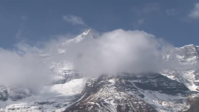 ws zi view of kongde-ri mountain range at thame valley / mende, khumbu region, nepal - khumbu stock videos and b-roll footage