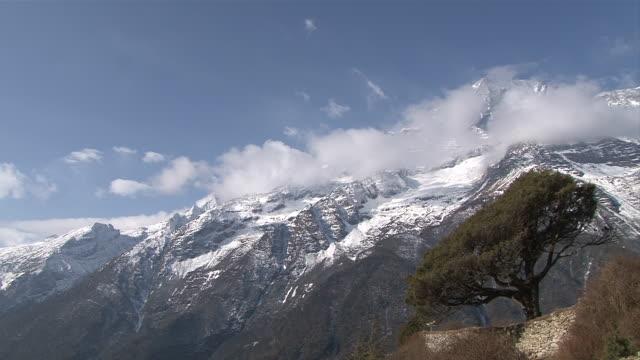 ws pan view of kongde-ri mountain range with flags at hotel / mende, khumbu region, nepal - khumbu stock videos and b-roll footage