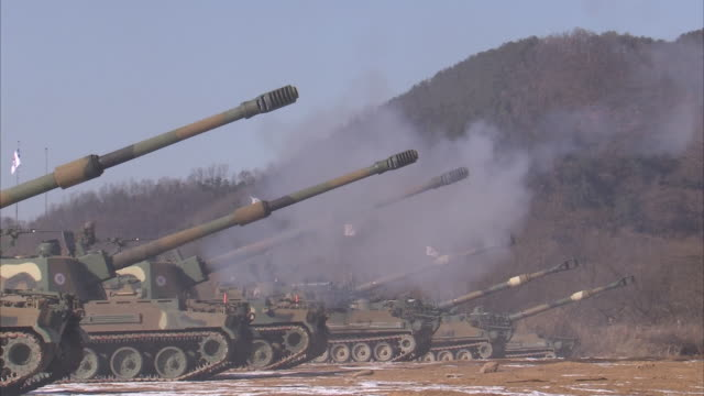 vidéos et rushes de view of korea army tanks hanging korean flag shooting - char véhicule blindé