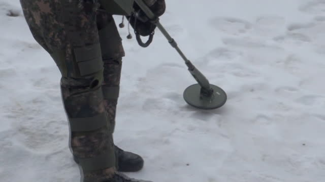 vídeos de stock e filmes b-roll de view of korean soldier searching explosive ordnance with metal detector in gangwon-do, south korea - procurar