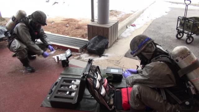 vídeos de stock, filmes e b-roll de view of korean soldiers disposing explosive ordnance in gangwon-do, south korea - prontidão