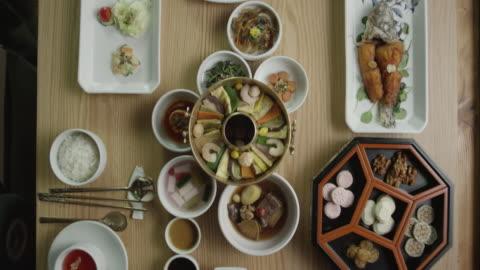 vídeos y material grabado en eventos de stock de view of korean-style table setting / south korea - comida coreana
