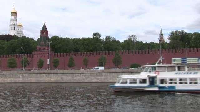 vídeos de stock e filmes b-roll de  ws pov view of kreml wall with churches in background / moscow, russia   - barco de turismo